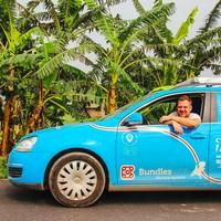 Wakker memulai perjalanannya dari Belanda mulai Maret 2016 dengan mobil yang dinamainya Blue Bandit. (plugmeintravel/Instagram)