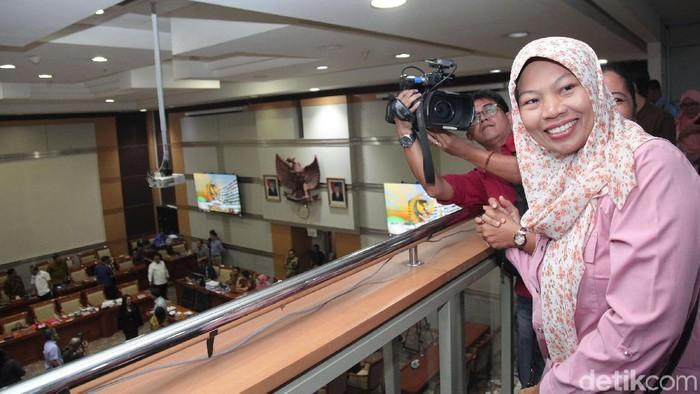 Senyum bahagia Baiq Nuril setelah amnestinya disetujui Komisi III DPR. (Lamhot Aritonang/detikcom)