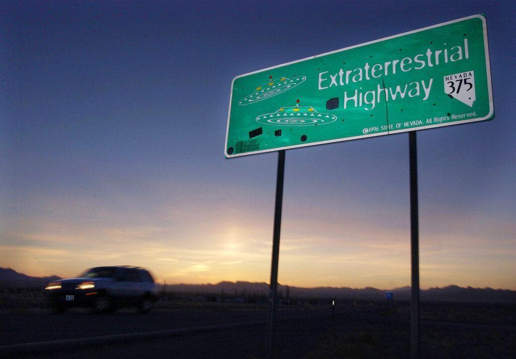 Jalan menuju Area 51 pun dissebut Extraterrestrial Highway saking lekatnya tempat tersebut dengan dugaan sebagai tempat alien disembunyikan. Foto: Associated Press