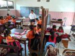 Ruang Kelas Rusak, Siswa SD Mojokerto Belajar di Rumah Tukang Kebun