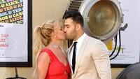 Britney dan Sam Ashgiri, sang kekasih, tak segan memamerkan kemesraan. (Matt Winkelmeyer/Getty Images)