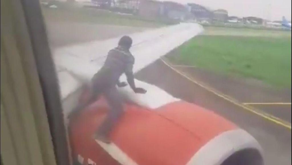 Edan! Orang Ini Lompat ke Sayap Pesawat yang Siap Terbang