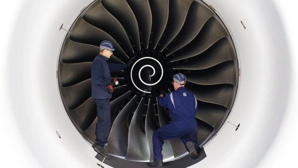 Fasilitas Rolls-Royce Aerospace memang ramai pekerja yang terampil. Memang ada mesin tapi tenaga manusia lebih diandalkan dan bukan robot (Rolls Royce/CNN)
