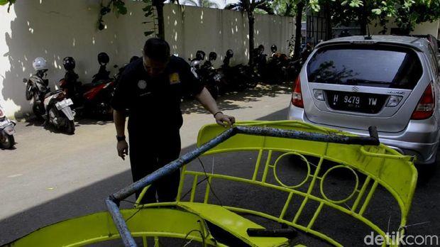 Potongan besi wahana perahu gila yang patah dan tewaskan seorang remaja di Pekalongan.