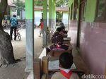 Gedung Sekolah Nyaris Roboh, Siswa SD di Brebes Ini Belajar di Teras