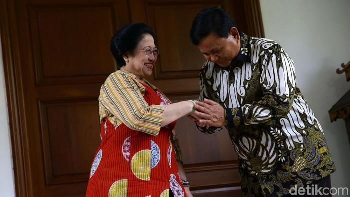 Ketum PDIP Megawati Soekarnoputri selesai menggelar pertemuan dengan Ketum Gerindra Prabowo Subianto. Prabowo berterima kasih mengundang Mega ke Hambalang.