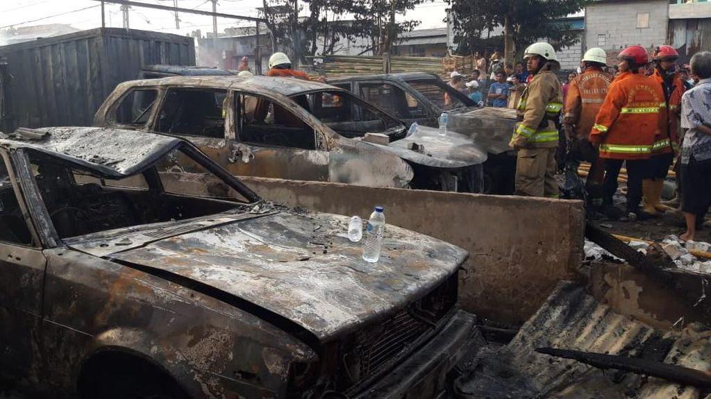 Parkiran Berisi 14 Mobil Terbakar, Diduga Gara-gara Mobil Korslet