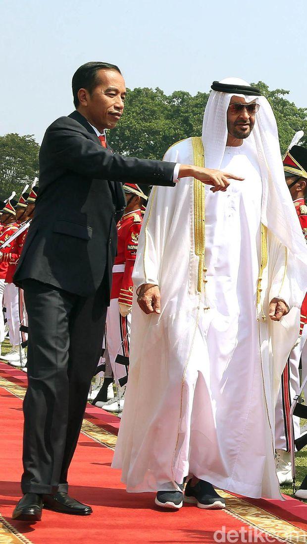 Putra Mahkota Abu Dhabi Pakai Sneakers saat Bertemu Jokowi, Netizen Salfok