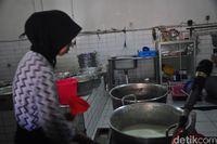 Di 'Susu Moeria' yang  Berusia 81 Tahun Ini Masih Bisa Minum Susu Sapi Murni