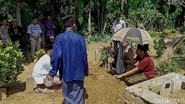 Pemakaman korban tewas kecelakaan wahana perahu gila di Pekalongan.
