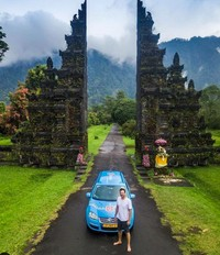 Saat melewati Indonesia, dia singgah ke Bali. (plugmeintravel/Instagram)