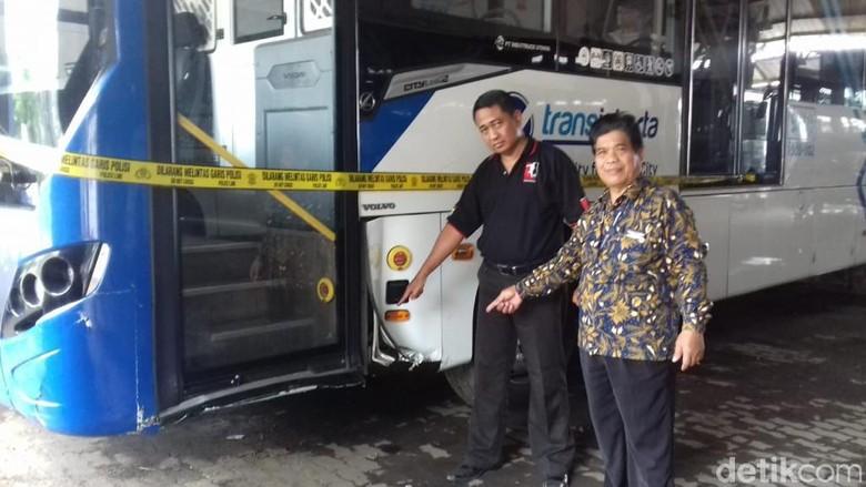 Hendak Putar Balik, Pemotor Tewas Usai Ditabrak TransJ di Jakbar