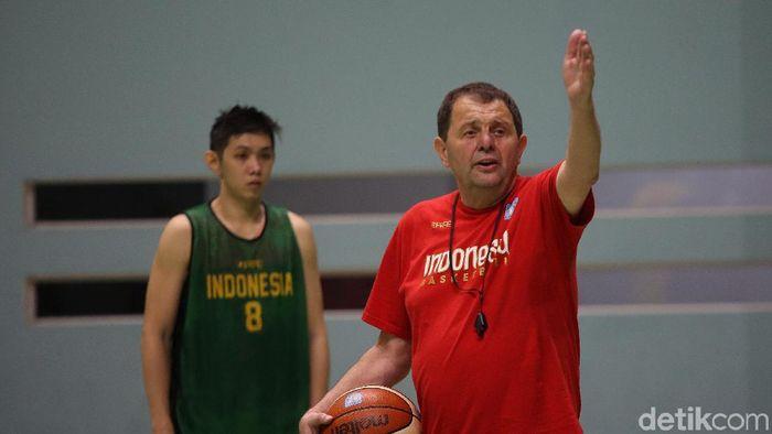 Pelatih Timnas basket Rajko Toroman (kanan) (Agung Pambudhy/detikSport)