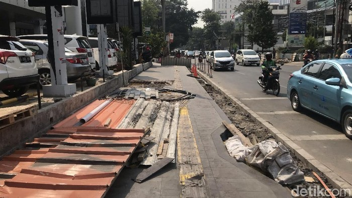 Kondisi proyek pelebaran trotoar di Cikini, Jakpus. Pemprov menyebut proyek ini memperburuk polusi di Jakarta