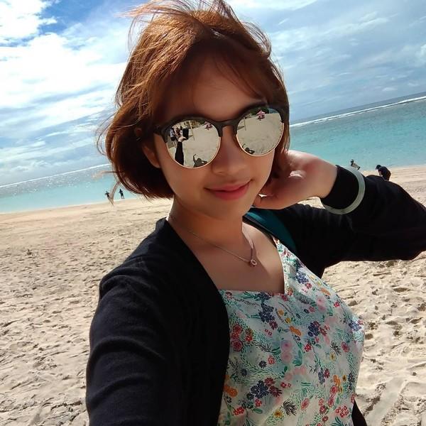 Kimi Hime suka banget liburan ke Bali. Ini gayanya di Pantai Pandawa (kimi.hime/Instagram)