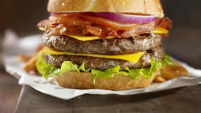 Nolan keracunan daging sapi di burgernya. (Foto: iStock)