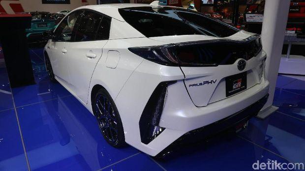 Berbeda dengan Prius hybrid standar, tampilan mobil ini sudah racing banget