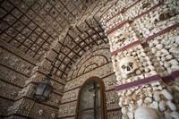 Chapel of Bones, Portugis merupakan kapel dengan kumpulan dari tengkorak para biksu yang meninggal pada abad ke 16. Yang paling menyeramkan adalah dua tengkorak yang tidak diketahui asal-usulnya, menggantung begitu saja di dalam ruangan dengan tengkorak dan tulang-belulang manusia tertempel di dinding. (iStock)