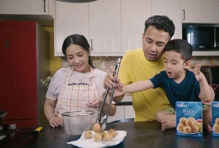 Dikenal sebagai keluarga yang romantis, pasangan Raffi Ahmad dan Nagita Slavina kompak masak bersama dengan anak semata wayangnya, Rafathar. Foto: Istimewa