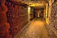 Les Catacombes, objek wisata paling mengerikan di Paris. Ada lebih dari 6 juta tengkorak bersemayam di sini. Selain itu, tempat ini juga sangat bersejarah karena umurnya dan juga kisah di baliknya. (iStock)