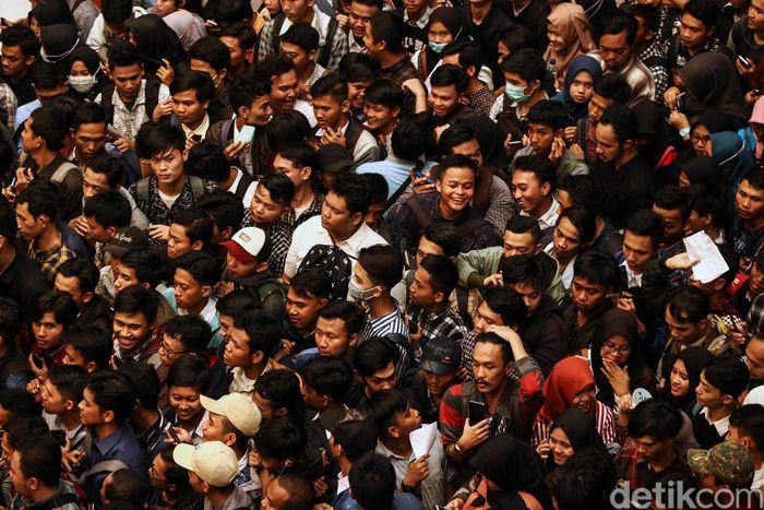 Sejumlah pencari kerja berdesakan menunggu giliran masuk ajang Job Fair Cilegon di Mall Bale Kota Tangerang, Kamis (25/7/2019).
