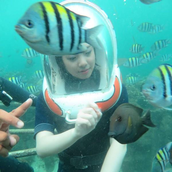 Kimi Hime juga mencoba Seawalking di Tanjung Benoa, Bali. Dia mengaku sempat punya thalassophobia atau fobia laut, tapi sekarang tidak lagi. (kimi.hime/Instagram)