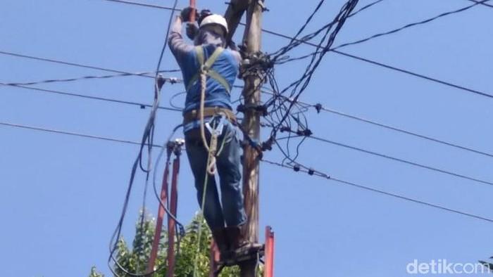 Perusahaan Listrik Negara (PLN) melakukan perbaikan jaringan