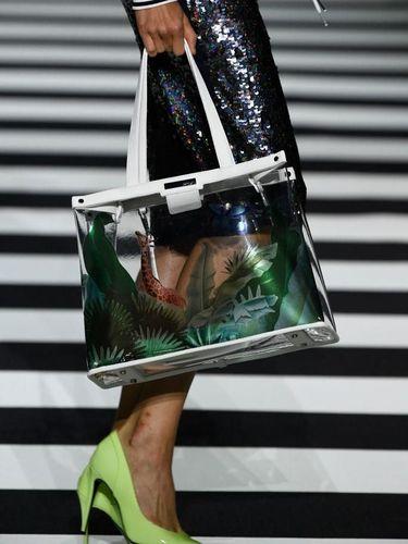Dear Ladies, Ini Plus Minus Pakai Tas Transparan yang Lagi Tren