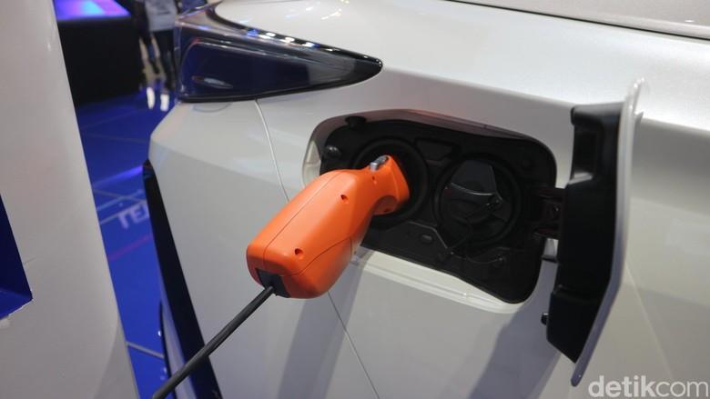 Ilustrasi pengecasan mobil listrik. Foto: Dadan Kuswaraharja