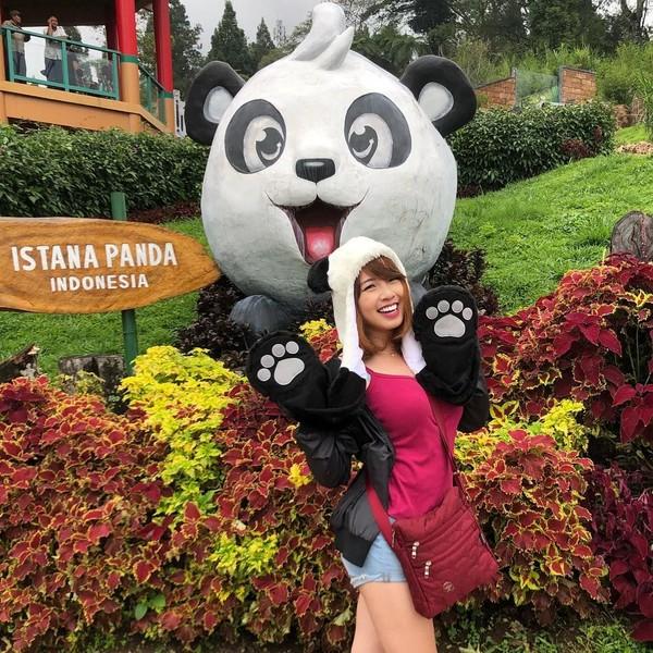 Ini gaya Kimi Hime saat liburan ke Istana Panda di Taman Safari Bogor. Fokus ke Panda yah guys, kata dia. Hmmm, bisa fokus nggak ya? (kimi.hime/Instagram)