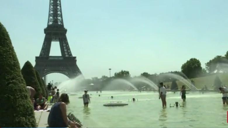 Foto: turis berendam di kolam Menara Eiffel (CNN)