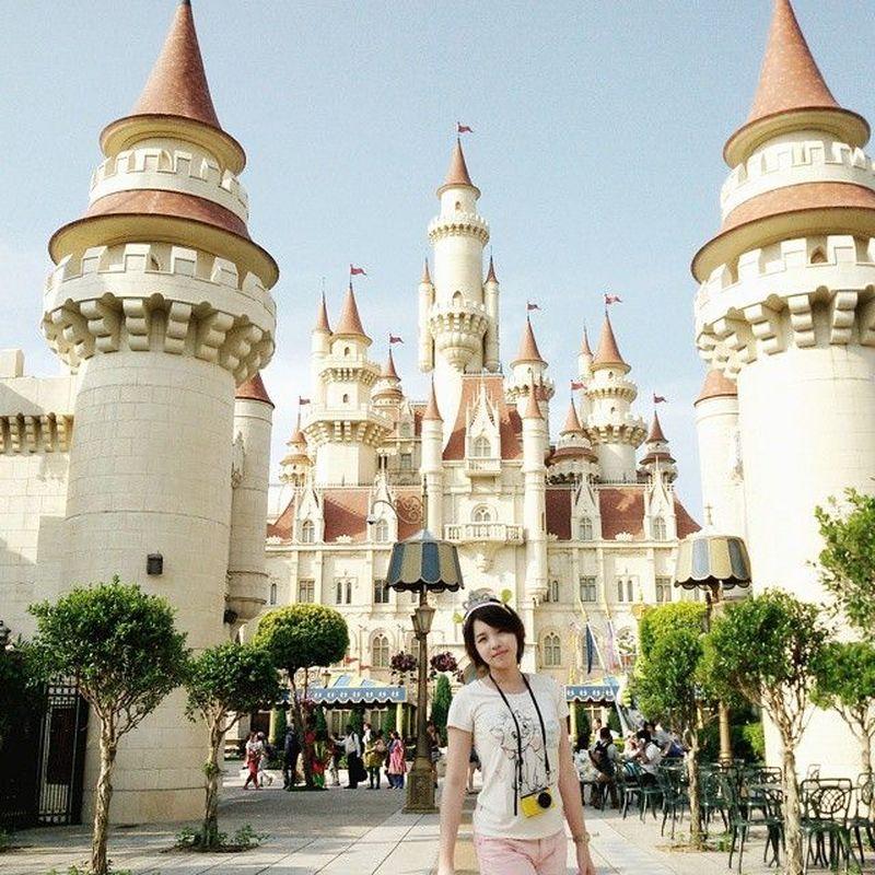 Waktu awal-awal punya akun Instagram, Kimi Hime sudah pergi traveling. Dia ke Universal Studios Singapura dan berkunjung ke kastil film Shrek (kimi.hime/Instagram)