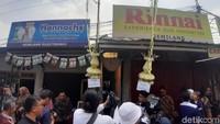 Para awak media pun bergantian memasuki gang yang menjadi tempat digelarnya acara pernikahan Siti Badriah.