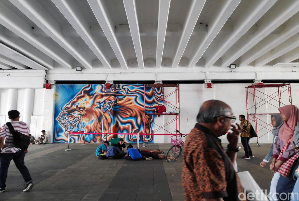 Seorang seniman asal Berlin nampak mewarnai sisi Terowongan Kendal, Jakarta. Kegiatan itu dilakukan untuk merayakan 25 tahun 'Sister City' Jakarta-Berlin.