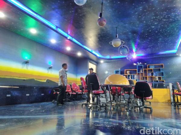 Bagian lantai, dinding dan atapnya dicat gelap dan dihiasi bintang-bintang kecil dan galaksi. Pada dinding ruangan juga terdapat susunan tata surya yang mengelilingi matahari. (Dadang/detikcom)