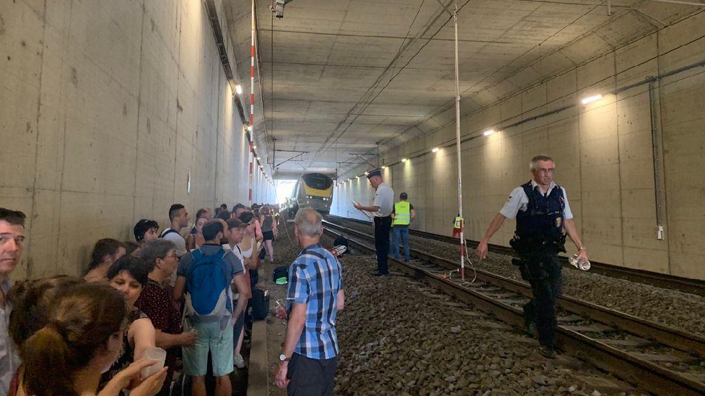 Kereta Mati, Ratusan Penumpang Terjebak Seperti di Neraka