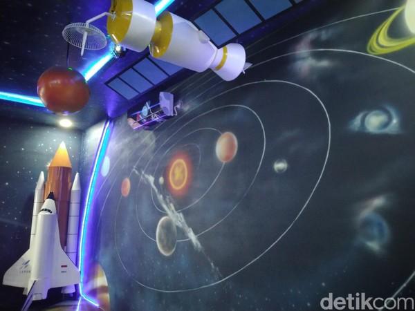 Ruang baca bertema luar angkasa itu dilengkapi dengan hiasan planet dan pesawat ulang-alik. (Dadang/detikcom)