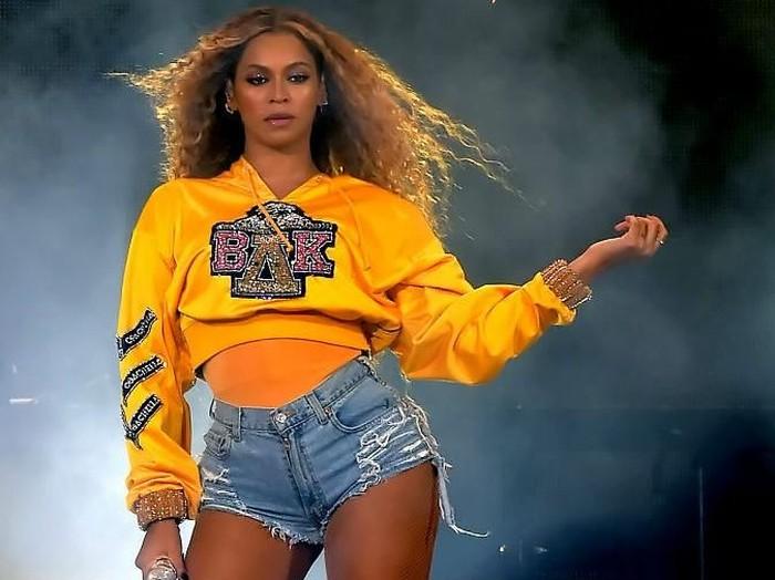 Beyonce memberi bocoran bentuk sneakers dari koleksi Ivy Park, buah kolaborasinya dengan Adidas. (Foto: Getty Images)