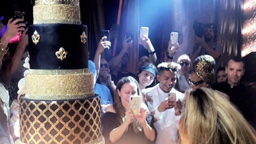 J.Lo Rayakan Ultah Ke-50 dengan Cake Tingkat 10 Berlapis Emas 24 Karat