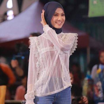 Penyanyi berhijab dikritik karena pakai baju menerawang