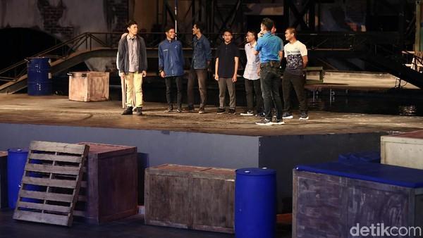 Tanpa takut, para alumni SMA-U CTAF, naik ke panggung mencoba aksi adrenalin bersama para stunt man. (Muhammad Ridho/detikcom)