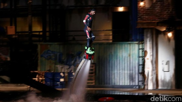 Pertunjukan Stunt Show: SWAT Raid. Ini adalah pertunjukan penuh aksi dari para stunt man layaknya sebuah film action sungguhan. (Muhammad Ridho/detikcom)