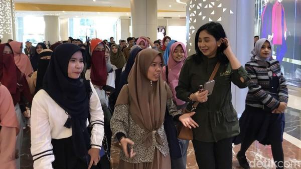 Ketua CT Arsa Foundation, Anita Ratnasari Tanjung bersama 150 Alumni SMA CT Arsa Foundation di Trans Studio Cibubur. (Rolando-detikcom)