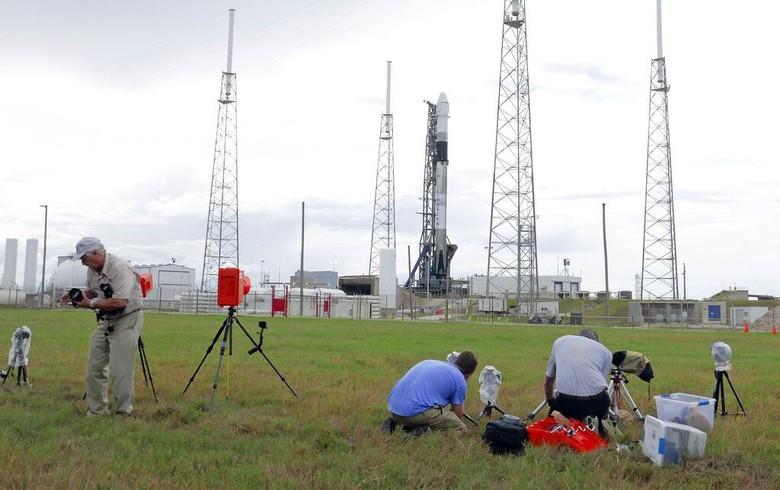 Media memasang kamera untuk merekam peluncuran roket Falcon 9 milik SpaceX dari Kennedy Space Center di Florida. Roket itu membawa kapsul kargo bernama Dragon. Foto: Associated Press