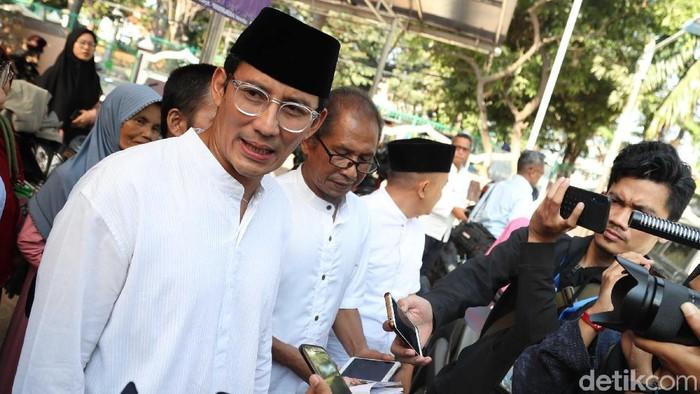 Sandiaga Uno meresmikan Bank Infaq di Masjid At-Taqwa, Penggilingan, Jakarta Timur, Jumat (26/7/2019). Usai peresmian, Sandiaga jadi rebutan foto bersama warga.