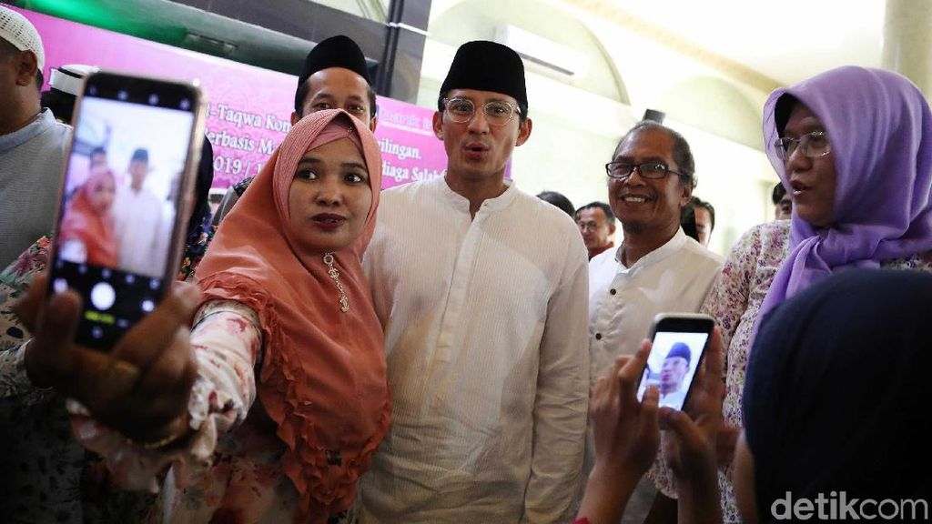 Sandiaga Jadi Rebutan Foto Bersama di Peresmian Bank Infaq