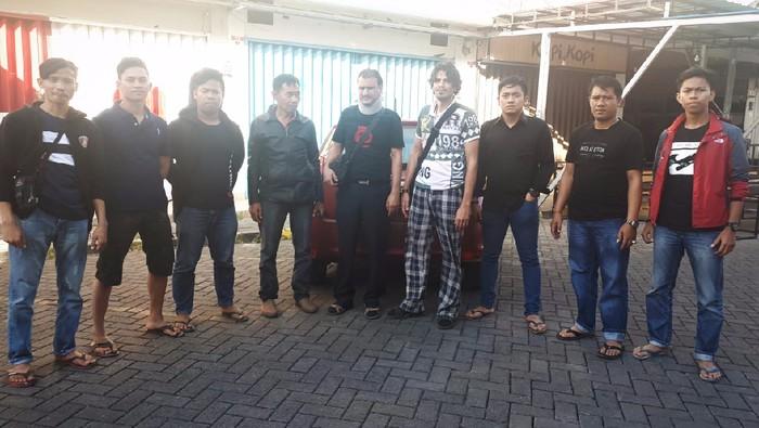 Foto: Diduga curi uang warung Rp 12 Juta, 2 WN Iran ditangkap di Makassar (Dok. Istimewa)
