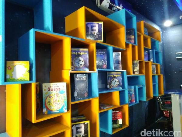 Di ruangan dengan daya tampung sampai 50 anak ini terdapat buku-buku bertema ruang angkasa. Anak-anak bisa membaca sampai puas di sini. (Dadang/detikcom)