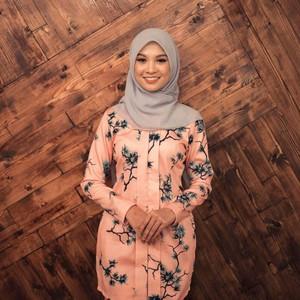 Gaya Hijab Penyanyi yang Dikritik Tak Sopan karena Pakai Baju Menerawang