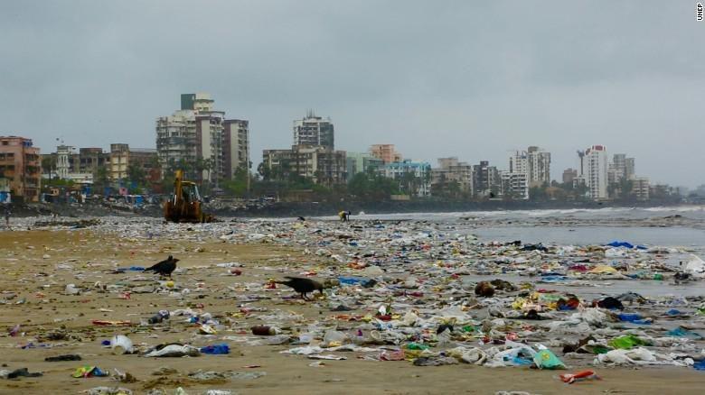 Sampah di Pantai Versova, Mumbai, India (CNN)